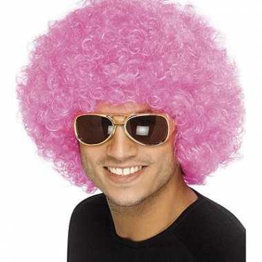 Roze afropruikencarnavalskleding