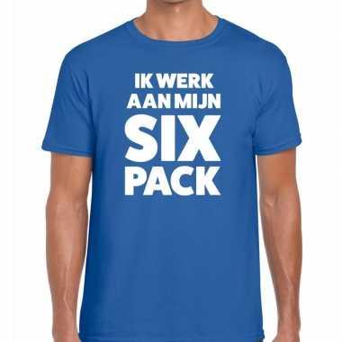 Toppers - ik werk aan mijn six pack heren t-shirt blauwcarnavalskledi