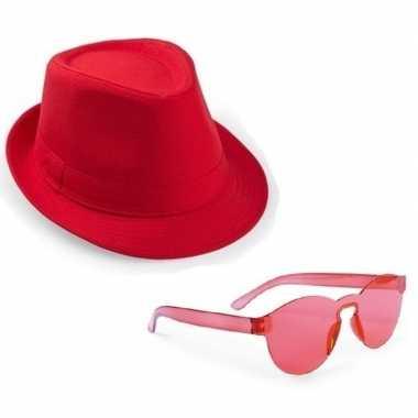 Toppers - rood trilby party hoedje met rode zonnebrilcarnavalskleding
