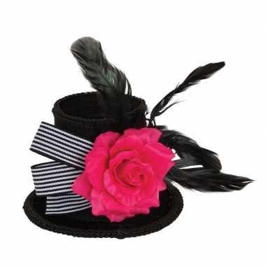 Zwart mini fluwelen hoedje met haarklem 10 cm en roos voor volwassenen carnavalskleding